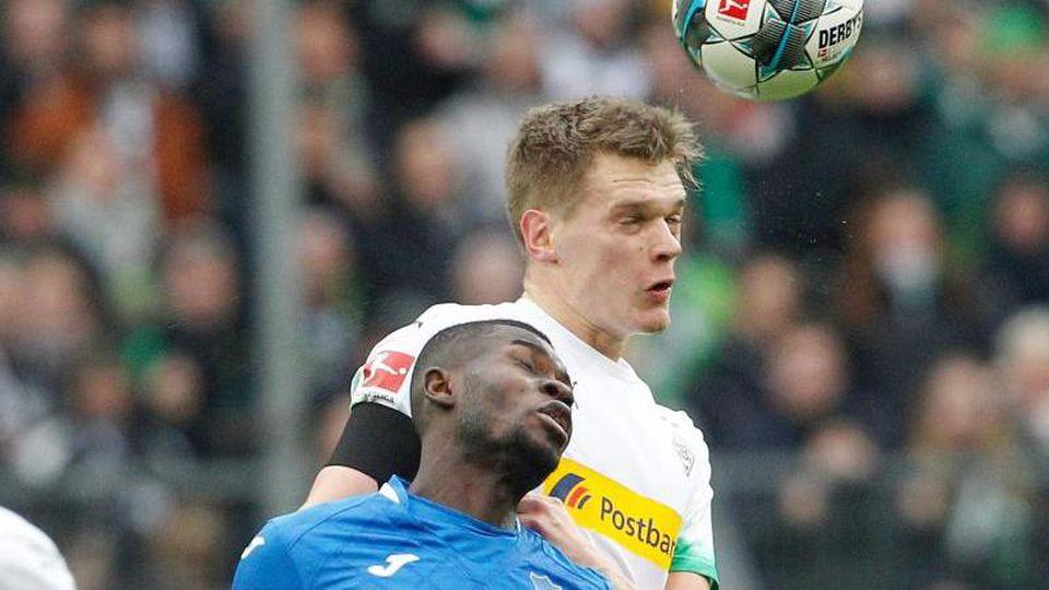 Hoffenheims Diadie Samassekou und Mönchengladbachs Matthias Ginter (l-r.) im Zweikampf um den Ball. Foto: Roland Weihrauch/dpa