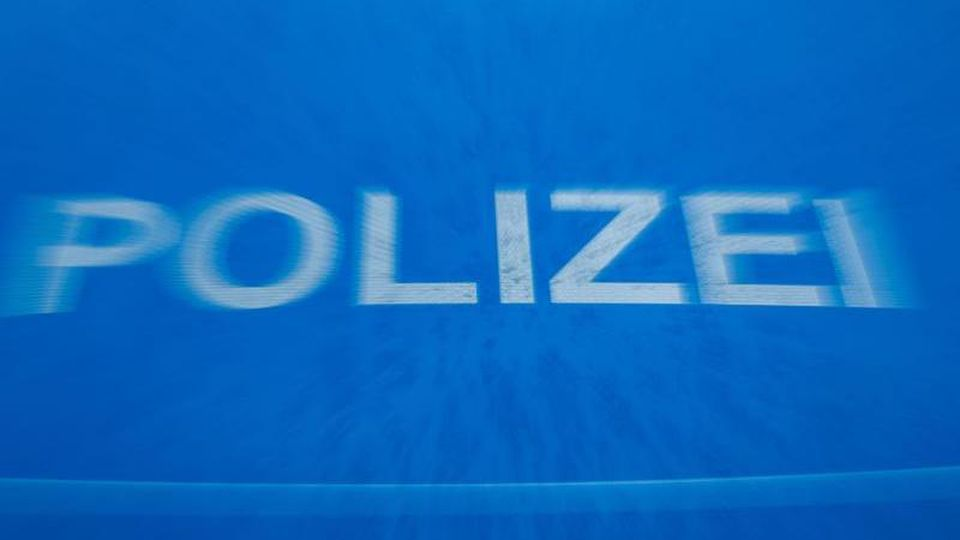 """Schriftzug """"Polizei"""" auf der Motorhaube eines Funkstreifenwagens. Foto: Jens Büttner/Archivbild"""