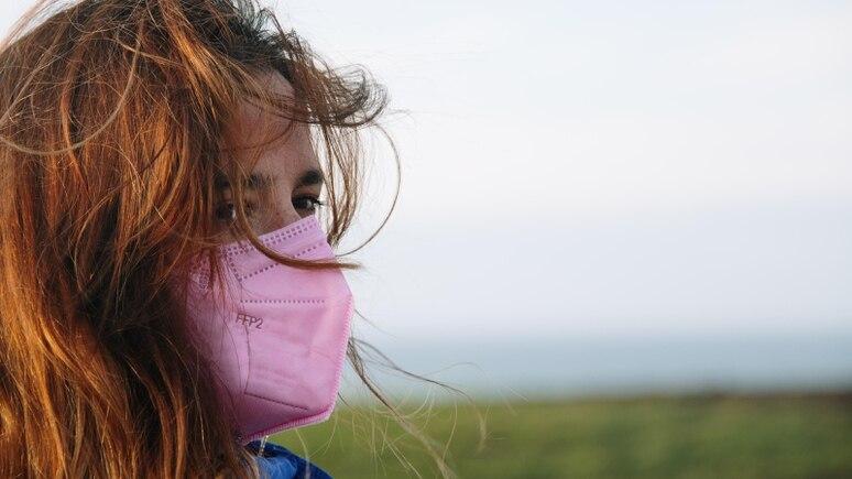 Mit einer rosafarbenen Maske liegen Sie im Sommer total im Trend!