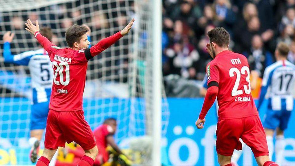 Die Kölner feiern den klaren Sieg bei Hertha BSC. Foto: Andreas Gora/dpa