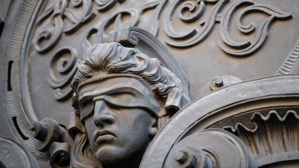 Eine Statue der Justitia mit verbundenen Augen am Eingang eines Gerichts. Foto: Fabian Sommer/dpa/Symbolbild