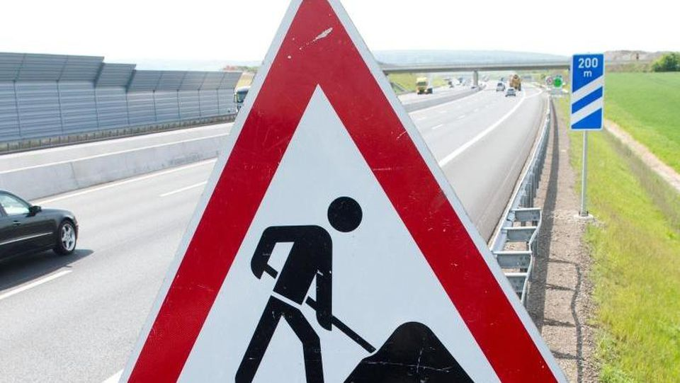 Ein Schild weist auf eine Baustelle hin. Foto: Julian Stratenschulte/Archiv