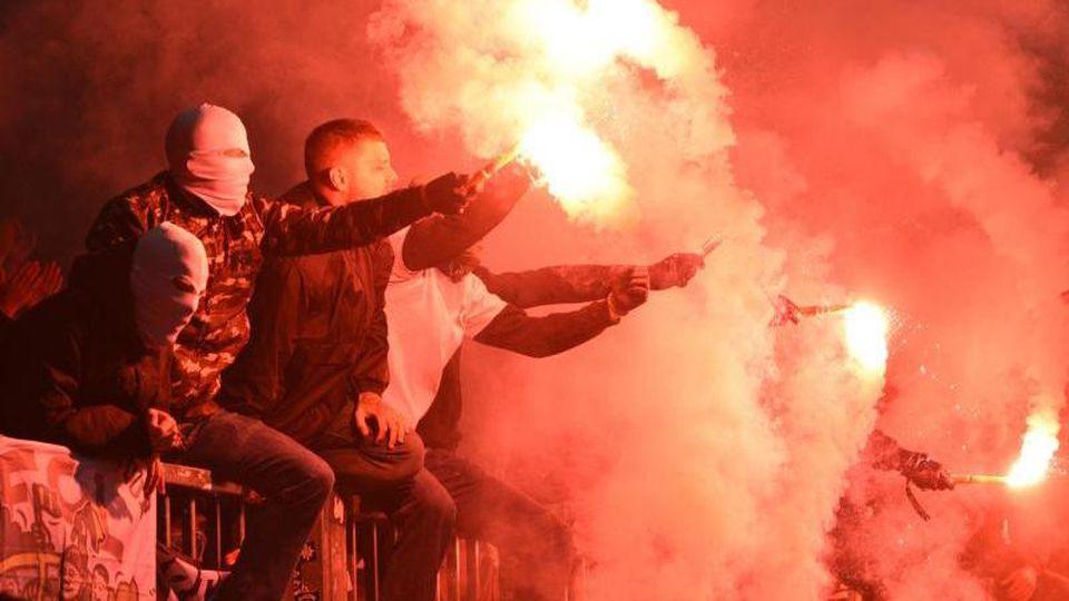 Fans von Pauli zünden Pyrotechnik auf der Tribüne. Foto: Daniel Bockwoldt/dpa/Archivbild