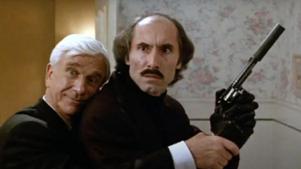 "Anthony James (r.) mit Leslie Nielsen in der Kultkomödie ""Die nackte Kanone 2 ½""."