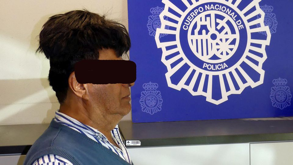 Flughafen in Barcelona: Halbes Kilo Kokain unter dem Toupet