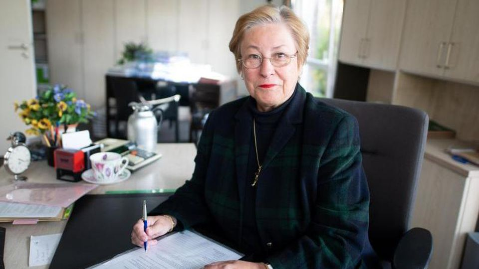 Ute Mascher, Steuerberaterin und Vorsitzende des Verbandes Freier Berufe in Hamburg, sitzt in ihrem Büro. Foto: Daniel Reinhardt/dpa/Archivbild