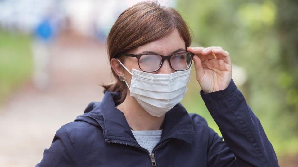 Vor allem im Winter beschlägt die Brille beim Masken tragen besonders schnell.