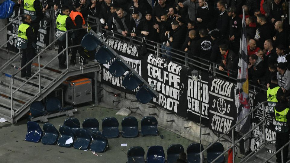 21.02.2019, xmhx, Fussball UEFA Europa League, Eintracht Frankfurt - Schachtar Donezk emspor, v.l. Eintracht Fans entfernen die Sitzplätze, Sitzbänke, Randale, Hooligans, Stehplätze, Protest (DFL/DFB REGULATIONS PROHIBIT ANY USE OF PHOTOGRAPHS as IMA