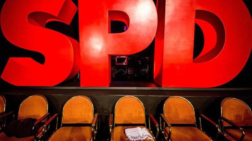 Riesige Buchstaben bilden das Logo der Partei. Foto: Christoph Schmidt/Archivbild