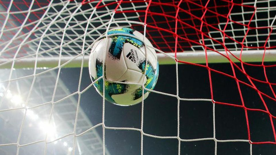 Ein Ball geht ins Netz. Foto: Jan Woitas/Archivbild