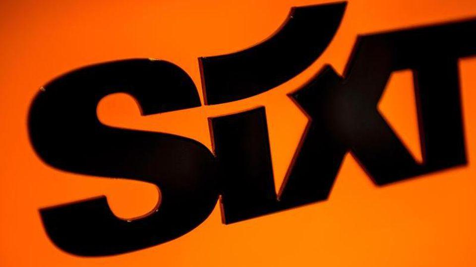 Der Schriftzug des Mietwagenanbieters Sixt. Foto: Sina Schuldt/dpa/Archivbild