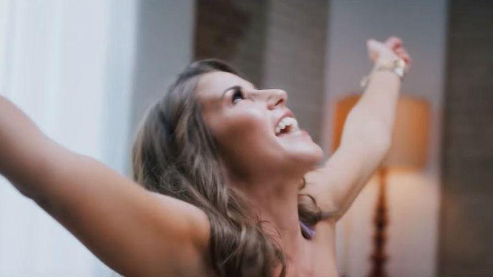 """Sarah Lombardi im Musikvideo zu ihrem Schlagerdebüt """"Weekend""""."""