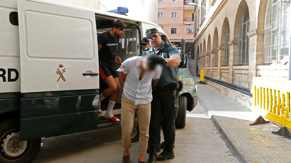 Makiye K.s Sohn wird von der Polizei abgeführt