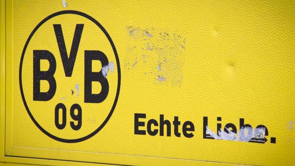 """Ein BVB 09 - Logo und der Schriftzug """"Echte Liebe."""" steht vor dem Signal-Iduna-Park in Dortmund.. Foto: Friso Gentsch/dpa/Archiv"""