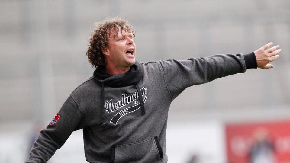 Stefan Krämer, hier noch im Dienste von KFC Uerdingen 05, gestikuliert am Spielfeldrand. Foto: Roland Weihrauch/Archiv