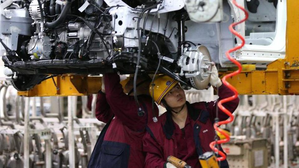 Arbeiter montieren Fahrzeuge in einem Werk von JAC Motors im chinesischen Hefei. Foto: Wu Hong/EPA/dpa