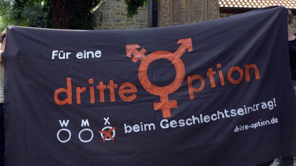 Ein Banner wirbt für die Einführung eines dritten Geschlechts. Foto: Peter Steffen/Archiv