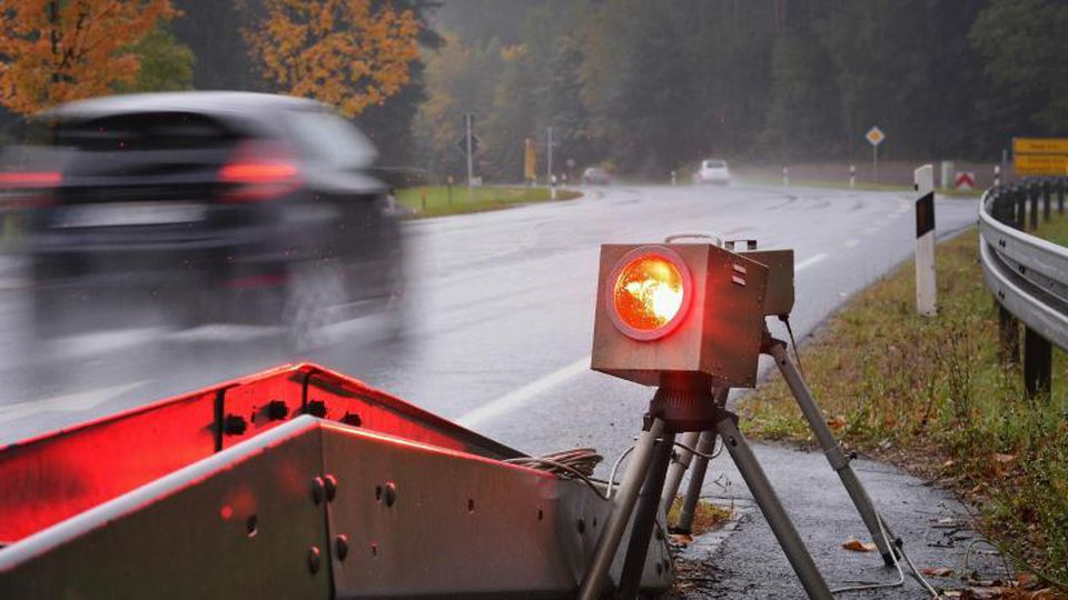 Ein mobiles Blitzgerät fotografiert auf einer Bundesstraße Fahrzeuge mit überhöhter Geschwindigkeit. Foto: David-Wolfgang Ebener/dpa/Archivbild
