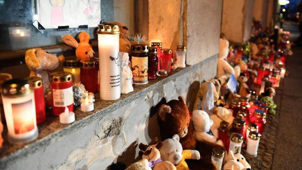 Kerzen und Plüschtiere stehen vor dem Eingang des Hauses, wo am 12.01.2019 eine Sechsjährige ums Leben kam. Foto: Stefan Sauer/Archiv