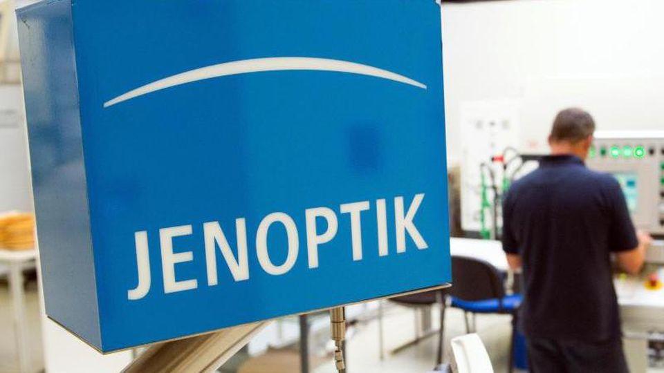 Ein Mitarbeiter der Jenoptik AG steht im Kundenapplikationszentrum des Unternehmens. Foto: Sebastian Kahnert/ZB/dpa/Symbolbild