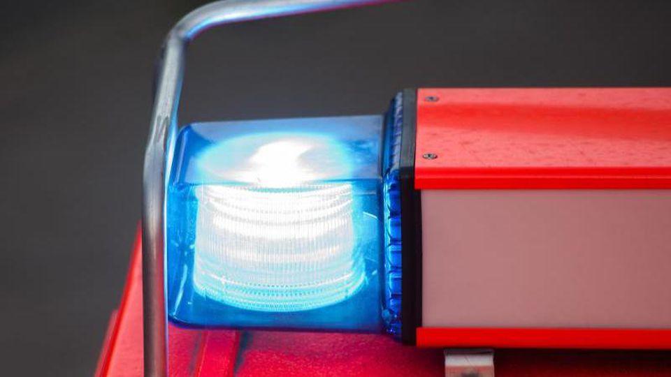 Das Blaulicht eines Feuerwehrautos leuchtet. Foto: Daniel Bockwoldt/dpa/Archivbild