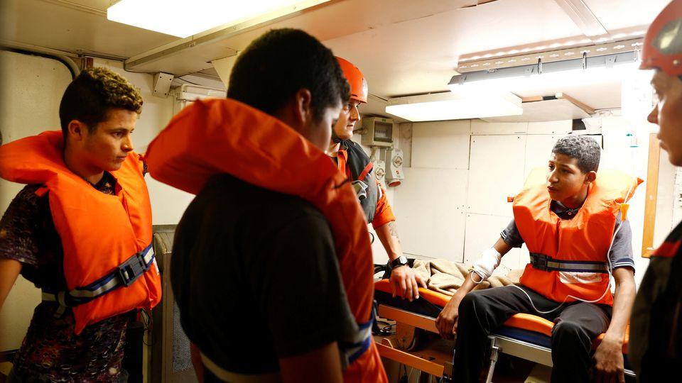 Jugendliche werden von Rettungsschiff geholt