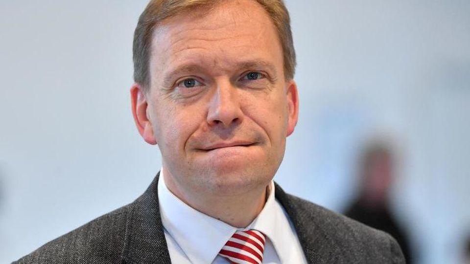 Matthias Hey, Thüringer SPD-Fraktionschef, steht im Plenarsaal. Foto: Martin Schutt/dpa/Archivbild