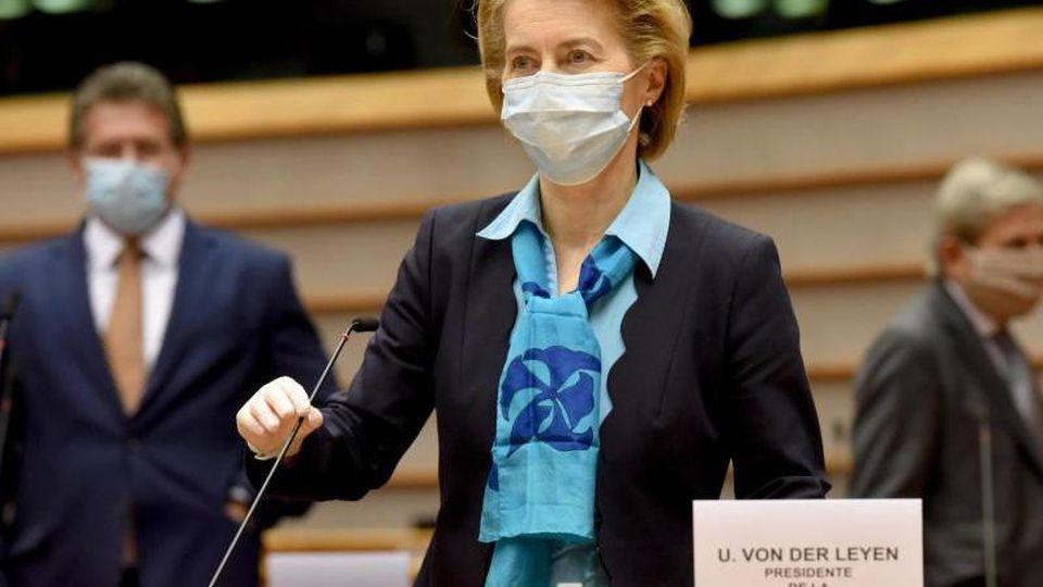 EU-Kommissionspräsidentin Ursula von der Leyen kommt ins Europaparlament hat im Auftrag der EU-Staats- und Regierungschefs ein Wiederaufbauprogramm entworfen. Foto: Etienne Ansotte/European Commission/dpa