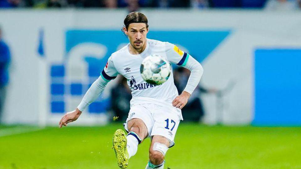 Schalkes Benjamin Stambouli spielt den Ball. Foto: Uwe Anspach/dpa/Archivbild