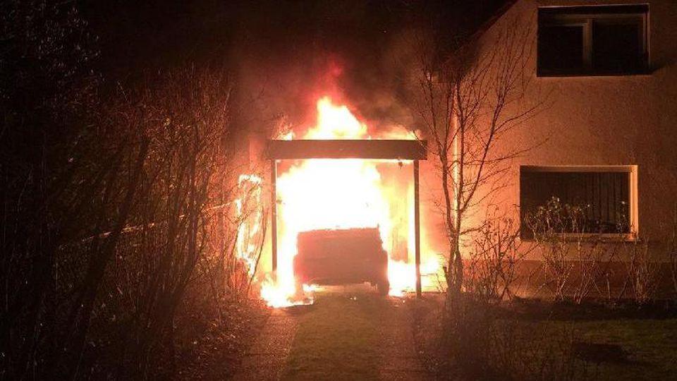 Ein brennendes Fahrzeug in der Garage von Linken-Politiker Ferat Kocak. Foto: Ferat Kocak/Die Linke Berlin/dpa