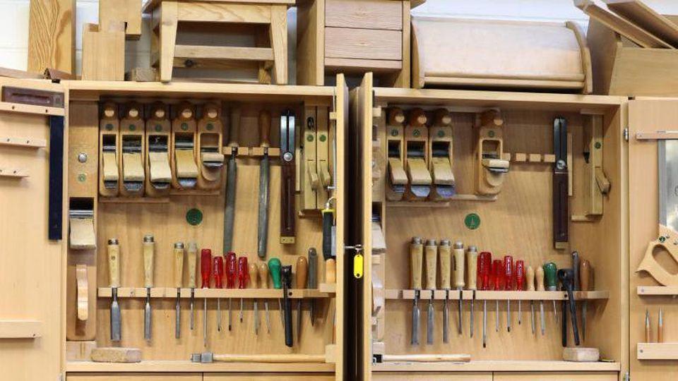 Ein Werkzeugschrank in der Ausbildungswerkstatt der Tischler. Foto: Bernd Wüstneck/dpa/Archivbild