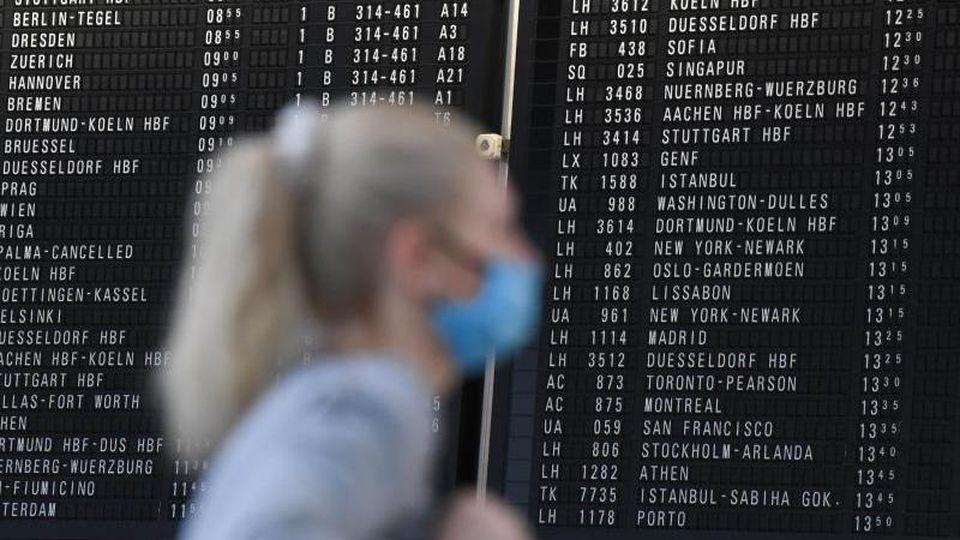 Wegen der anhaltenden Corona-Flaute will der Frankfurter Flughafen die Möglichkeit der Kurzarbeit bis in den übernächsten Sommer nutzen. Foto: Arne Dedert/dpa