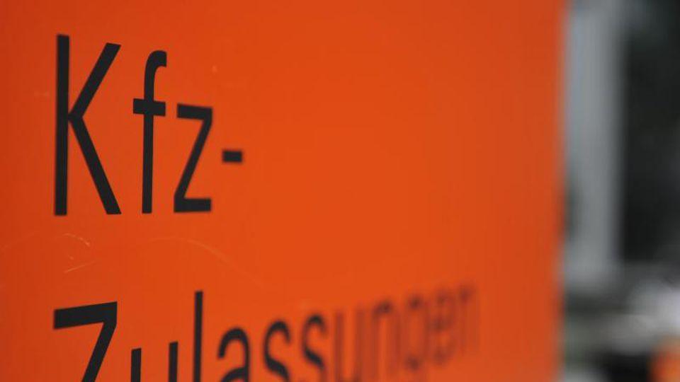 """Ein Schild mit der Aufschrift """"KFZ-Zulassungen"""". Foto: picture alliance / dpa/Archivbild"""