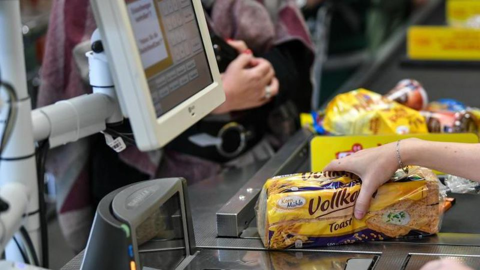 Eine Kassiererin an der Kasse beim Supermarkt. Der Anstieg der Verbraucherpreise in Deutschland hat sich im Juni etwas beschleunigt. Foto: Jens Kalaene/dpa-Zentralbild/dpa