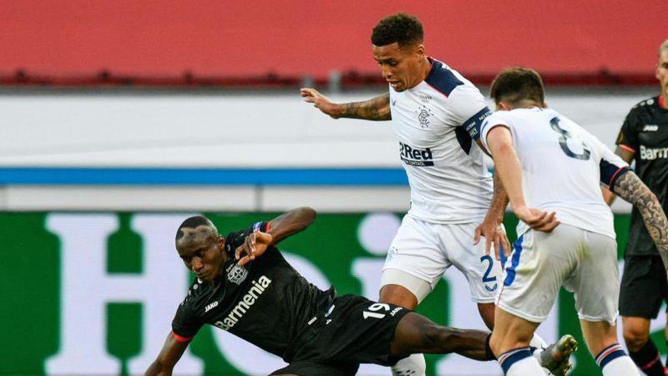 Moussa Diaby von Leverkusen kämpft um den Ball gegen James Tavernier (M) und Ryan Jack von Rangers. Foto: Sascha Schuermann/AFP-Pool/dpa