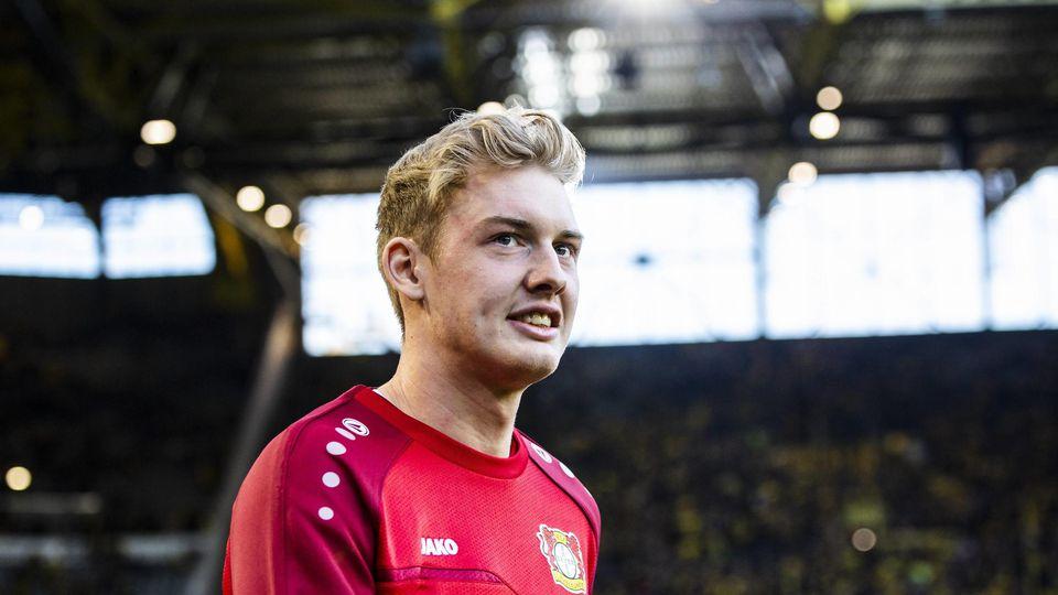 In der kommenden Saison läuft Julian Brandt in Schwarz-Gelb vor der Dortmunder Südtribüne auf