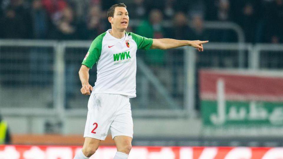 Stephan Lichtsteiner vom FC Augsburg in Aktion. Foto: Tom Weller/dpa/Archivbild