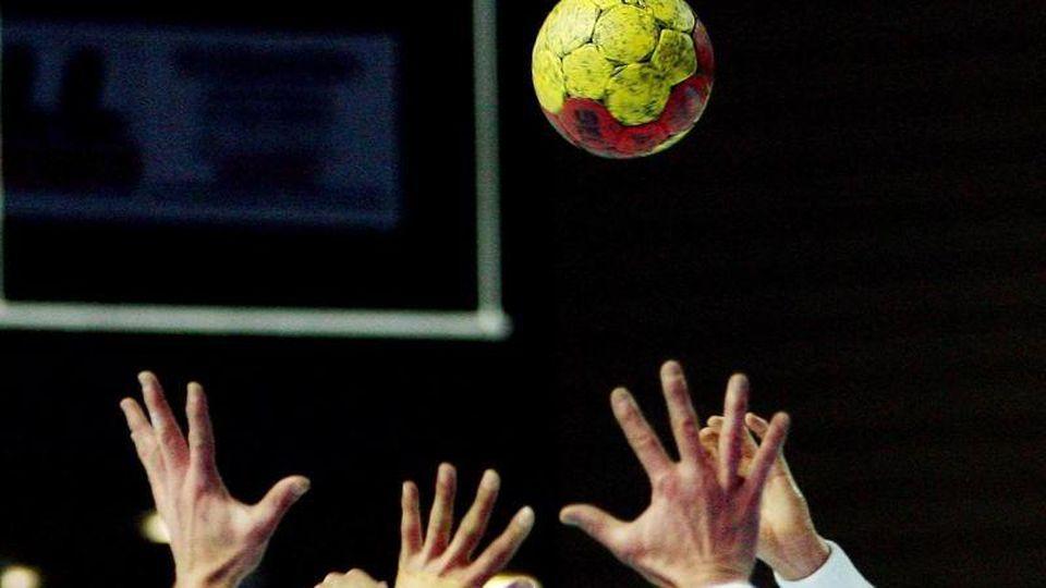 Ein Handball-Spiel. Foto: Boris Roessler/Archivbild
