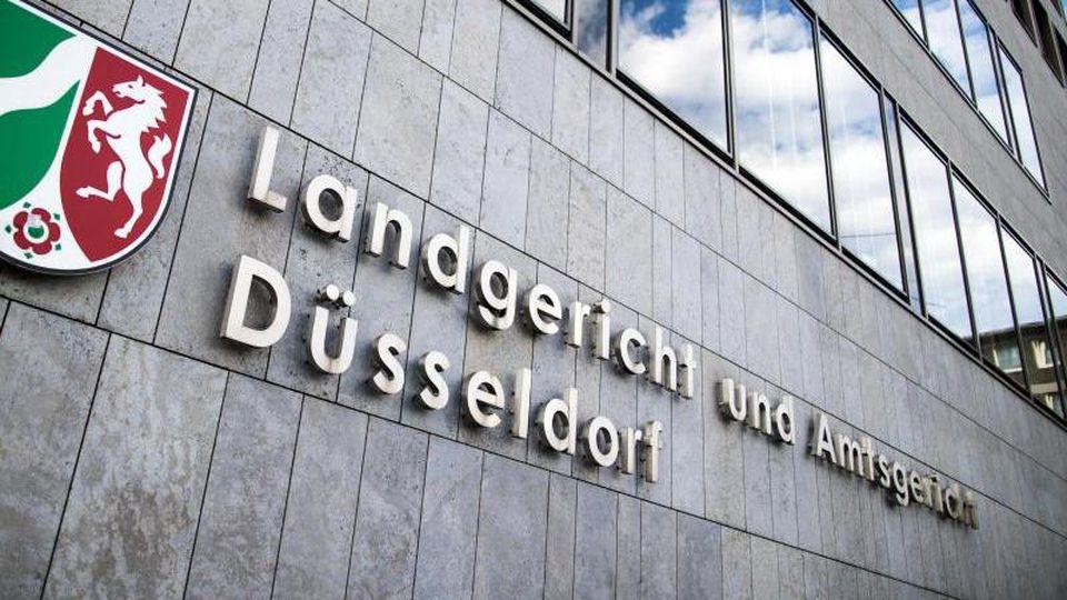 "Der Schriftzug ""Landgericht und Amtsgericht Düsseldorf"" hängt an der Fassade. Foto: Marcel Kusch/dpa/Archivbild"