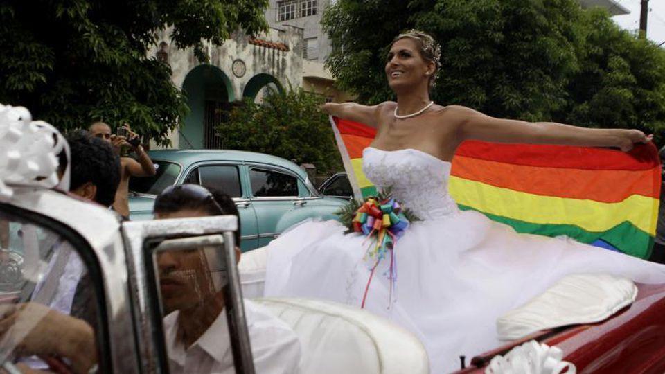 Die Transsexuelle Wendy Iriepa, die eine Geschlechtsumwandlung hatte, hält eine Regenbogenfahne und fährt zu ihrer Hochzeit. Foto: Javier Galeano/AP/Archiv