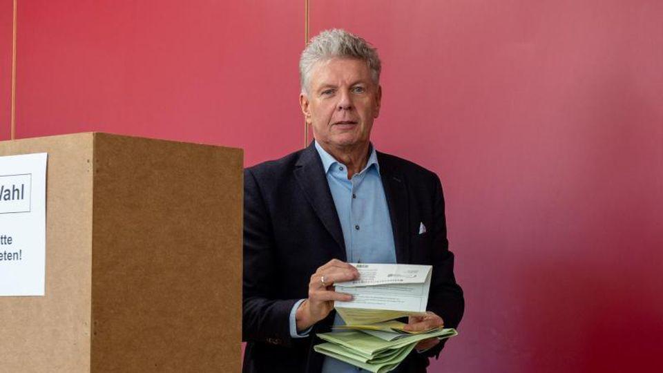 Dieter Reiter, Oberbürgermeister von München, bei der ersten Runde der bayerischen Kommunalwahl. Foto: Peter Kneffel/dpa/Archivbild