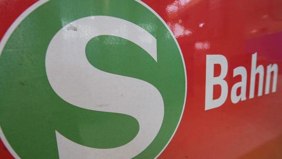 Das Logo der S-Bahn. Foto: Boris Roessler/dpa/Archivbild