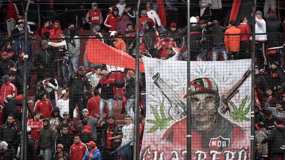 Feuerzeuge, Sitzschalen und sogar ein Klo-Spülkasten - Die Fans von Newell's Old Boys warfen alles Greifbare aufs Spielfeld