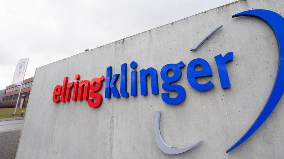 """""""ElringKlinger"""" steht auf einer Wand auf dem Gelände des Autozulieferers. Foto: Tom Weller/dpa/Archivbild"""