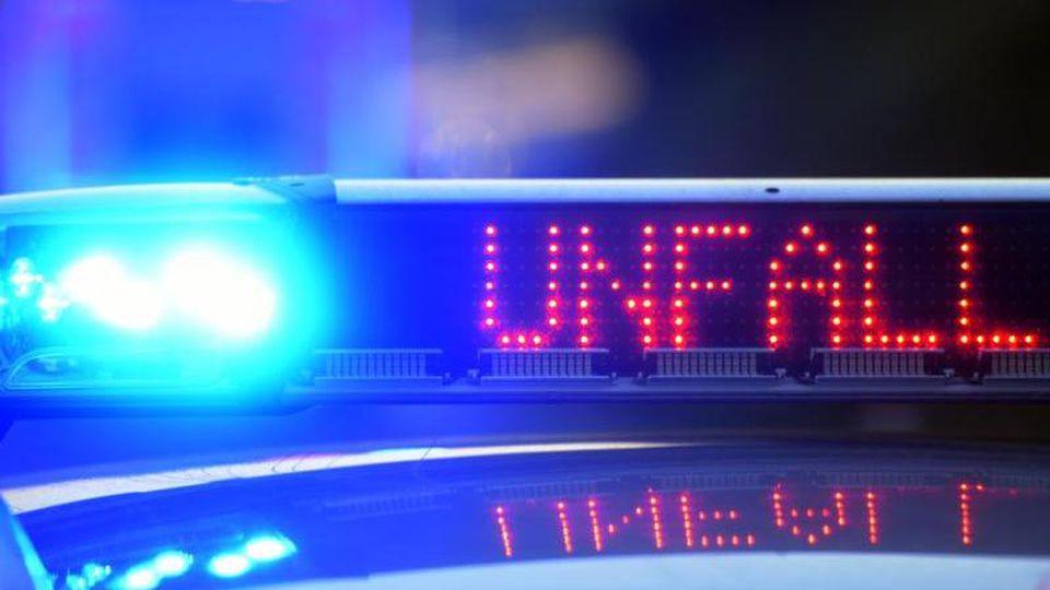 Ein Polizeiwagen steht mit eingeschaltetem Blaulicht an einem Unfallort. Foto: picture alliance/Stefan Puchner/dpa/Symbolbild
