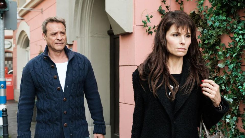 """""""Unter uns"""": Britta lässt sich von Rufus' Liebesgeständnis nicht aufhalten und will die Schillerallee verlassen"""