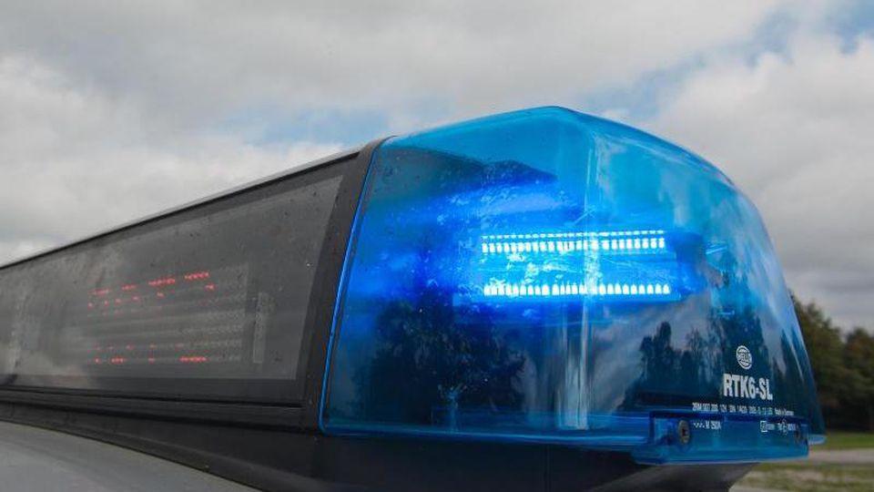 Ein Blaulicht leuchtet an einem Streifenwagen. Foto: Armin Weigel/dpa/Illustration