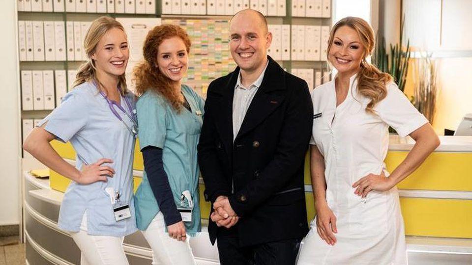 """Oli P. feiert sein Schauspiel-Comeback bei der RTL-Serie """"Nachtschwestern"""" (v. l. n. r.: Valerie Huber, Sarah Hannemann, Oliver Petszokat und Jana Schölermann)"""