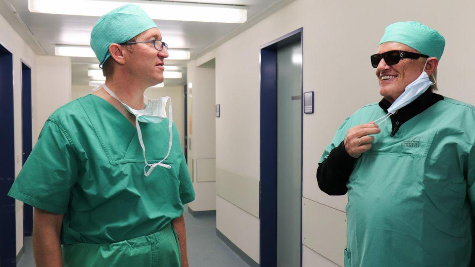 Heino mit Arzt in Düsseldorfer Augenklinik