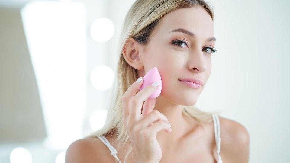 Mit den richtigen Make-up-Tricks wirken Sie sofort frischer und jünger
